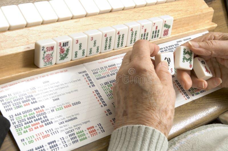 Mulher sênior na tabela de jogo foto de stock royalty free