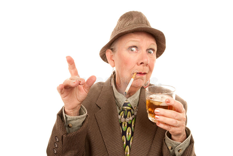 Mulher sênior no arrasto com cigarro e álcool imagem de stock