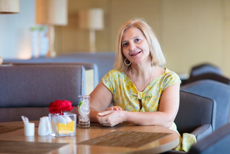 Mulher sênior no café Senhora no restaurante imagens de stock