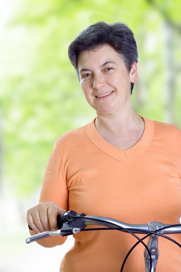 Mulher sênior no passeio do ciclo foto de stock royalty free