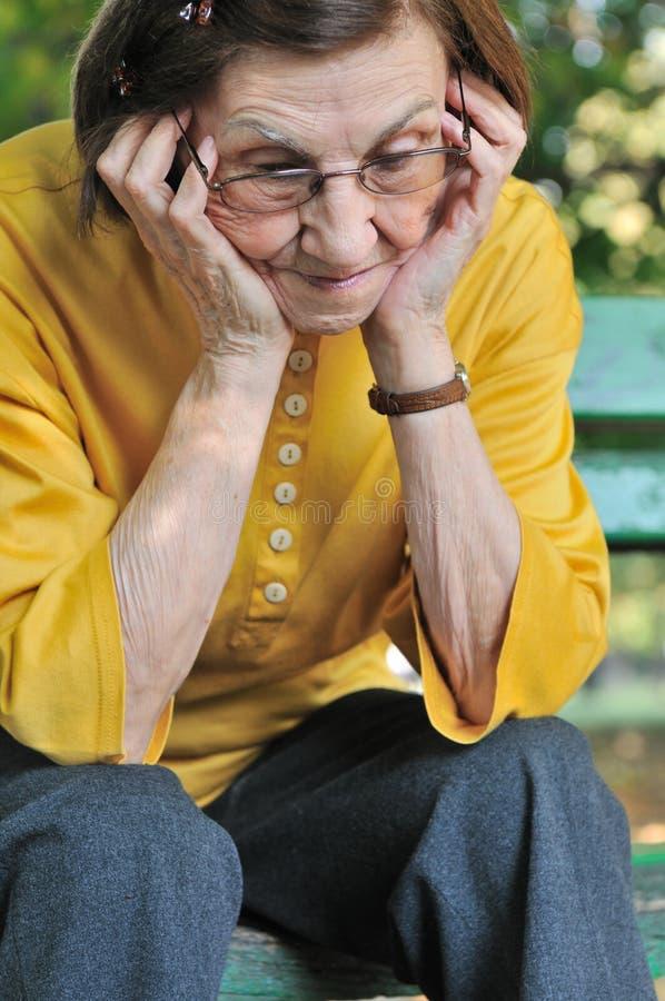 Mulher sênior preocupada imagem de stock royalty free