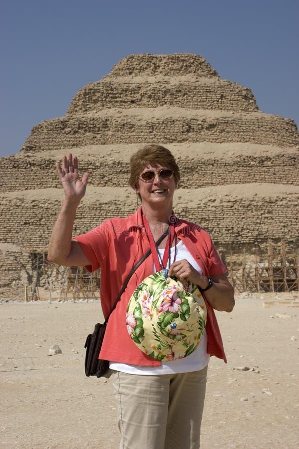 Mulher sênior que explora a pirâmide da etapa em Egipto fotografia de stock royalty free