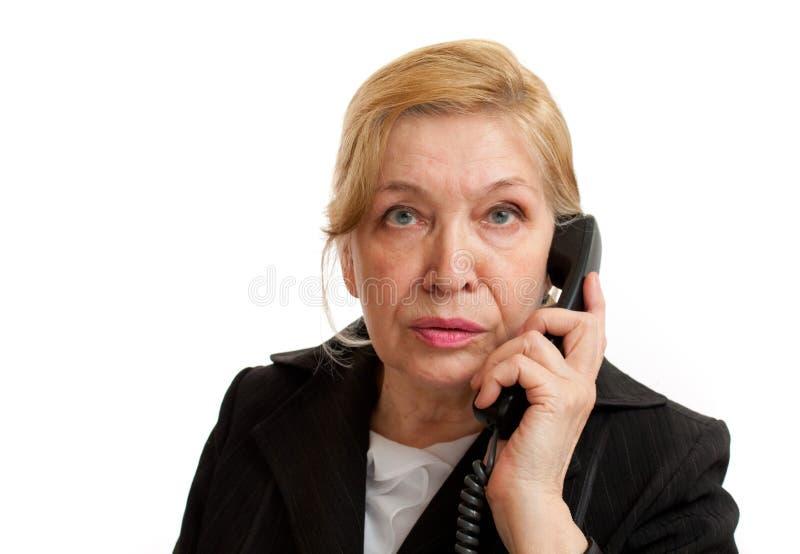 Mulher sênior que fala no telefone foto de stock