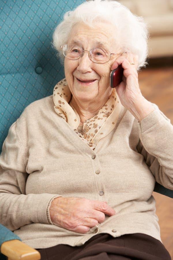 Mulher sênior que fala no telefone móvel foto de stock