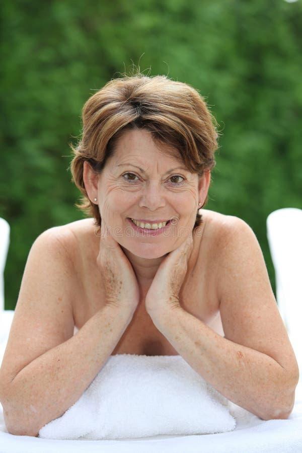 Mulher sênior que relaxa em uns termas fotos de stock royalty free