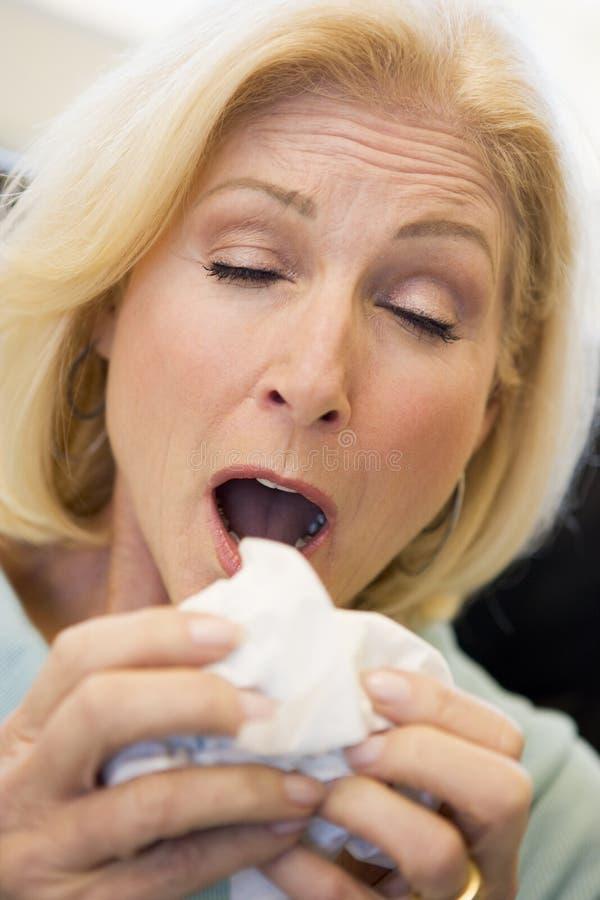 Mulher sênior que Sneezing fotos de stock