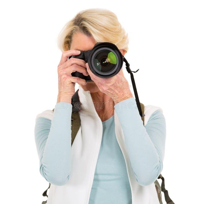 Mulher sênior que toma fotos foto de stock royalty free