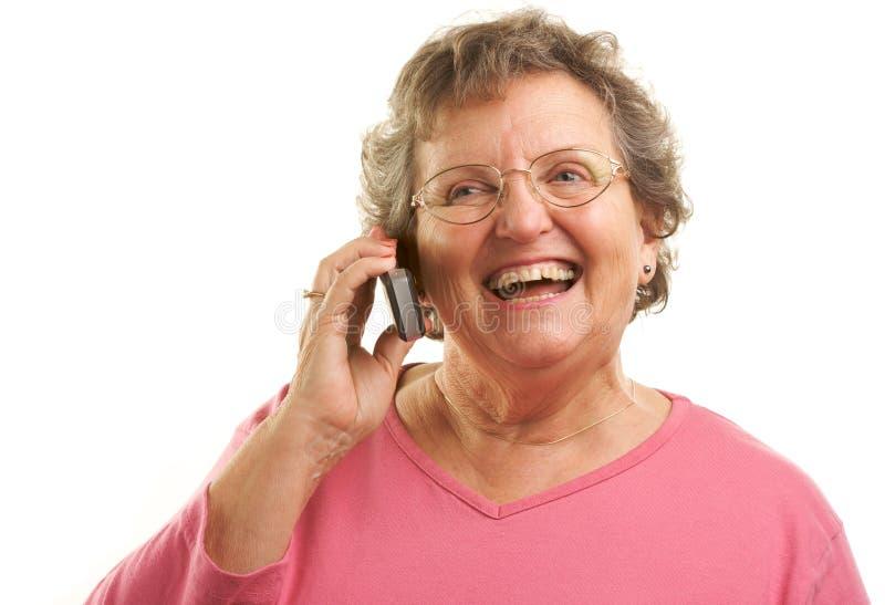 Mulher sênior que usa o telefone de pilha fotos de stock royalty free