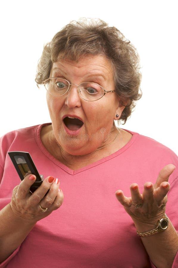 Mulher sênior Texting na pilha P foto de stock