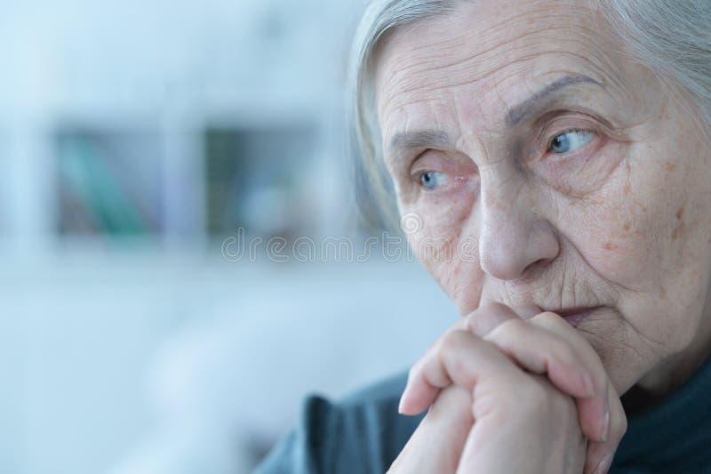 Mulher sênior triste imagens de stock