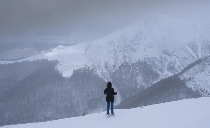 Mulher só que enfrenta um desafio nas montanhas, Pyrenees imagens de stock royalty free