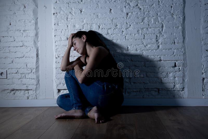Mulher só que sofre da depressão foto de stock
