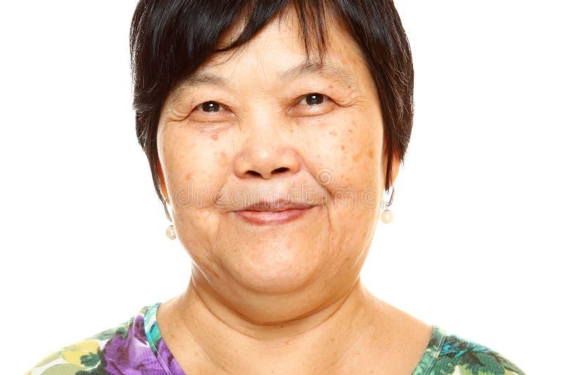 Mulher 60s asiática superior feliz foto de stock