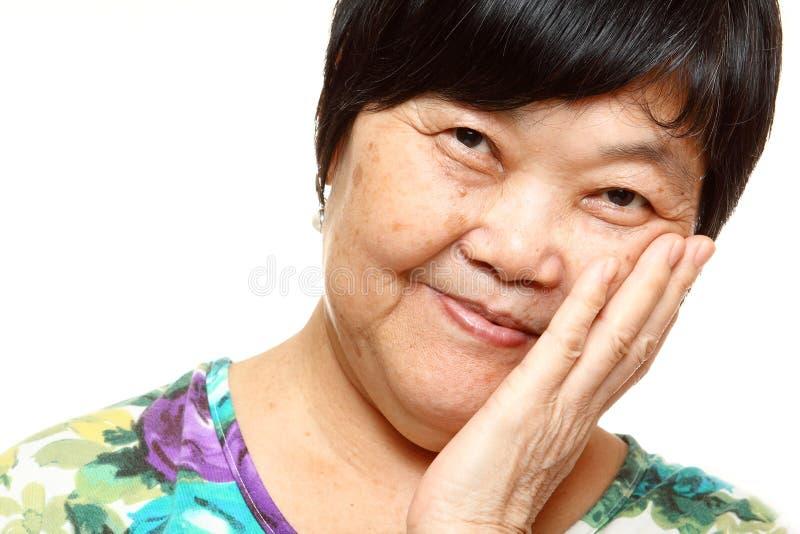 Mulher 60s asiática superior feliz fotos de stock