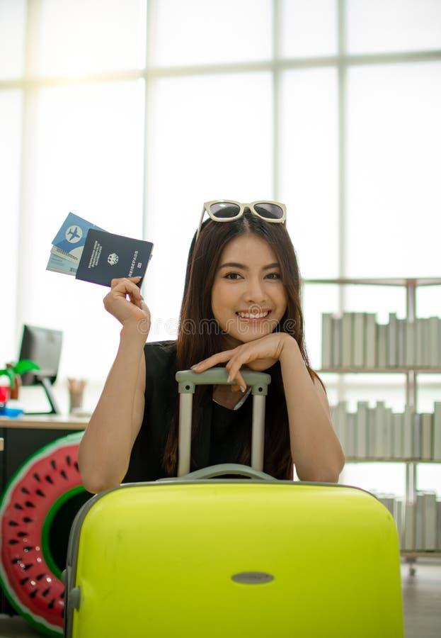 a mulher 20s bonita est? mostrando seus passaporte e bagagem antes de ir viajar fotografia de stock royalty free