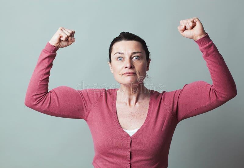 A mulher 40s chocado que mostra a sublinhou a força foto de stock