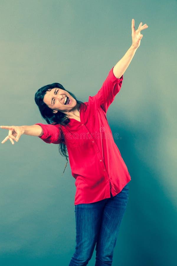 Mulher 30s louca que ri com linguagem corporal selvagem fotos de stock royalty free