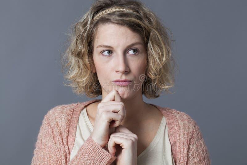 Mulher 20s pensativa que procura para a inspiração fotografia de stock royalty free