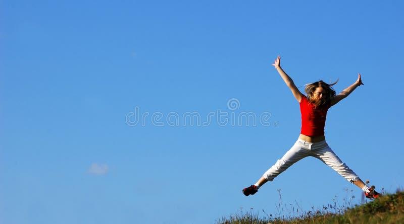 A mulher salta foto de stock