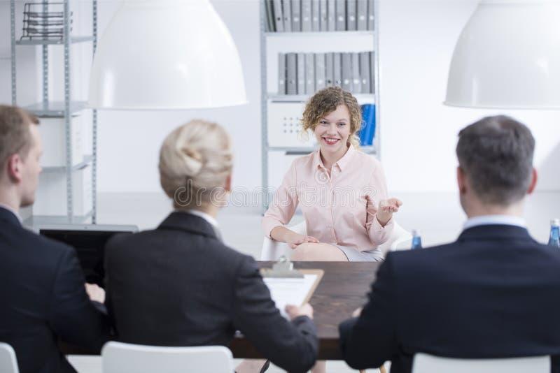 Mulher satisfeita durante a entrevista do recrutamento imagens de stock royalty free