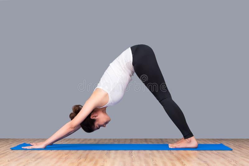 Mulher saudável asiática pronta ao exercício no gym do esporte fotos de stock