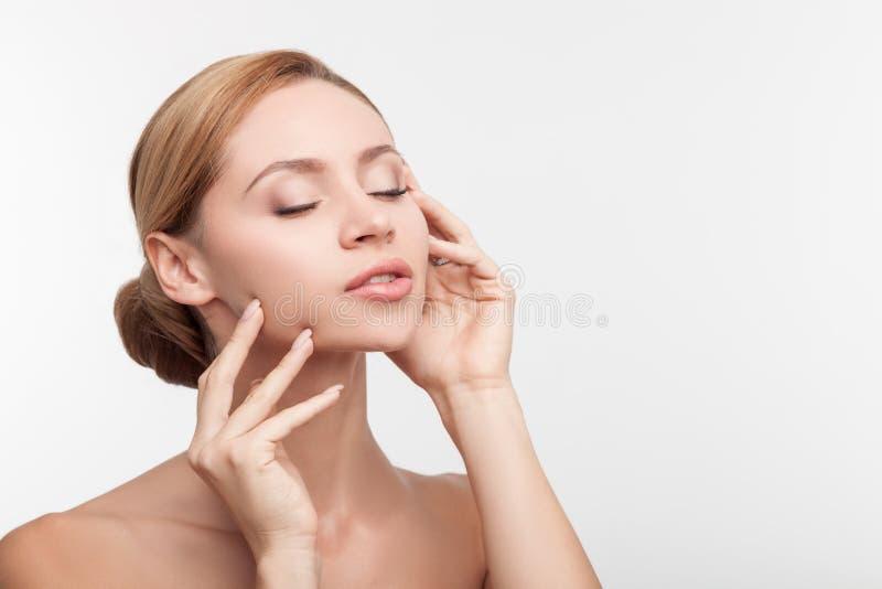 A mulher saudável bonita é satisfeita com seu corpo imagem de stock royalty free