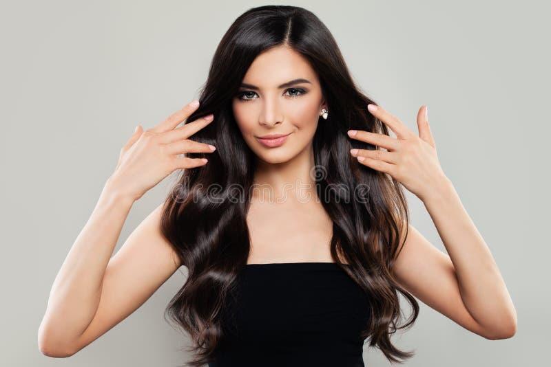Mulher saudável com cabelo ondulado longo fotos de stock royalty free