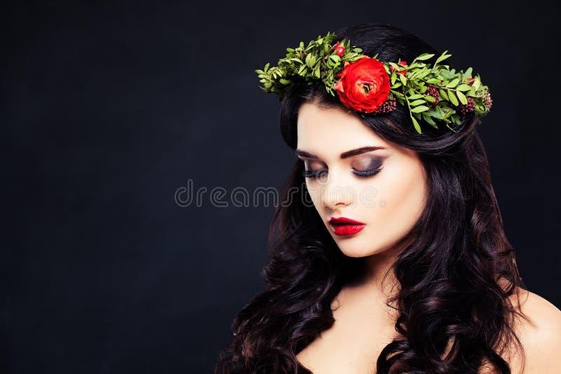 Mulher saudável com a grinalda das flores na obscuridade fotografia de stock royalty free