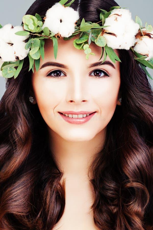 Mulher saudável com pele clara, cabelo brilhante longo e flor do algodão imagens de stock
