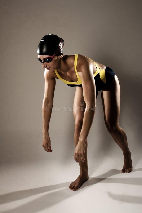 Mulher saudável da aptidão no Swimwear da competição imagens de stock
