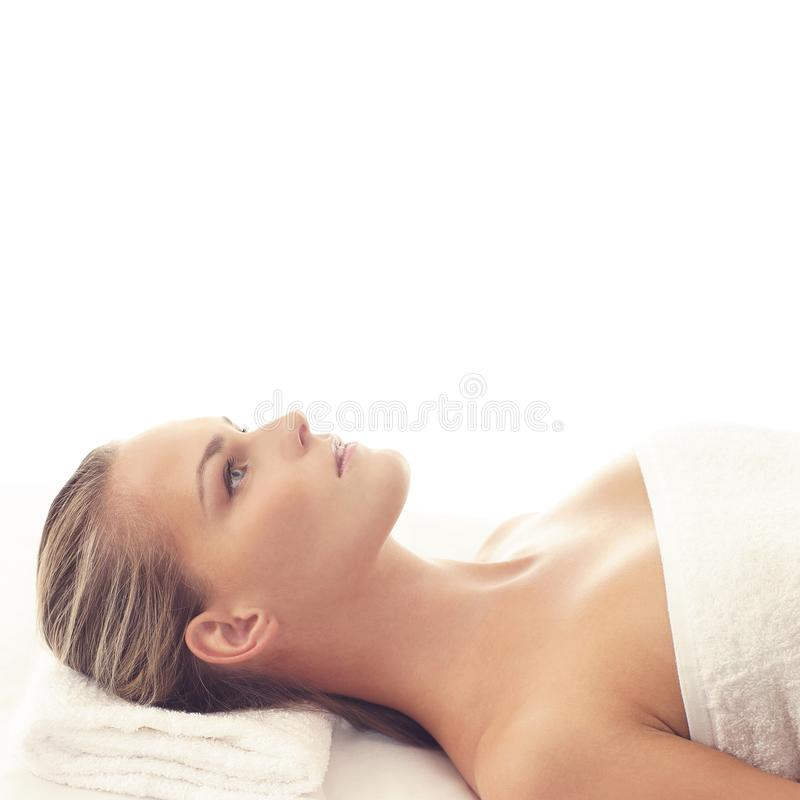 Mulher saudável e bonita nos termas Recreação, energia, saúde, massagem e cura imagem de stock royalty free