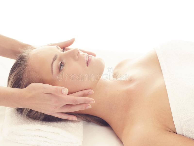 Mulher saudável e bonita nos termas Recreação, energia, saúde, massagem e cura fotos de stock