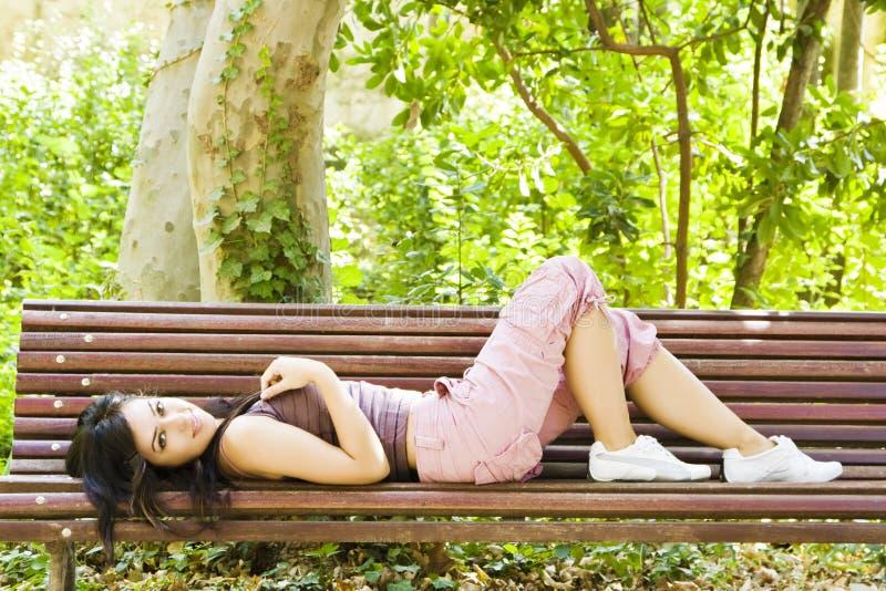 Mulher saudável no parque imagem de stock