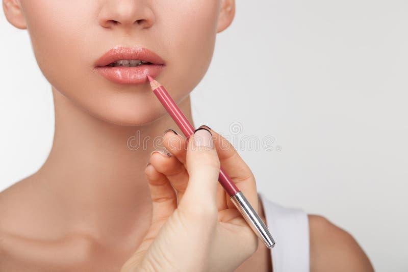 A mulher saudável nova alegre está fazendo a composição imagens de stock