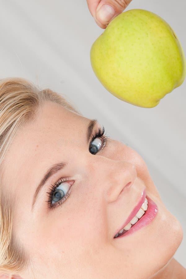 Mulher saudável nova com maçã verde foto de stock