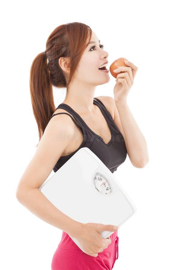 mulher saudável nova que come a maçã fotos de stock royalty free