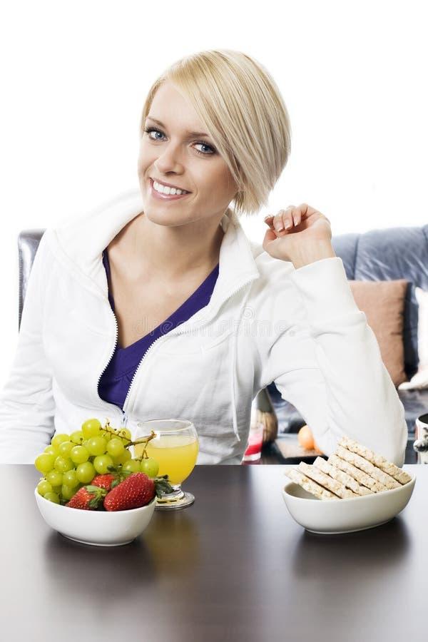 Mulher saudável que aprecia um café da manhã natural foto de stock royalty free
