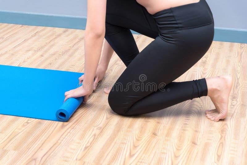 Mulher saudável que exercita a ioga no gym do esporte imagens de stock