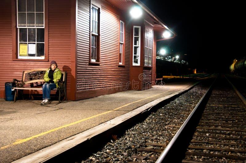 Mulher Scared apenas no estação de caminhos-de-ferro fotografia de stock
