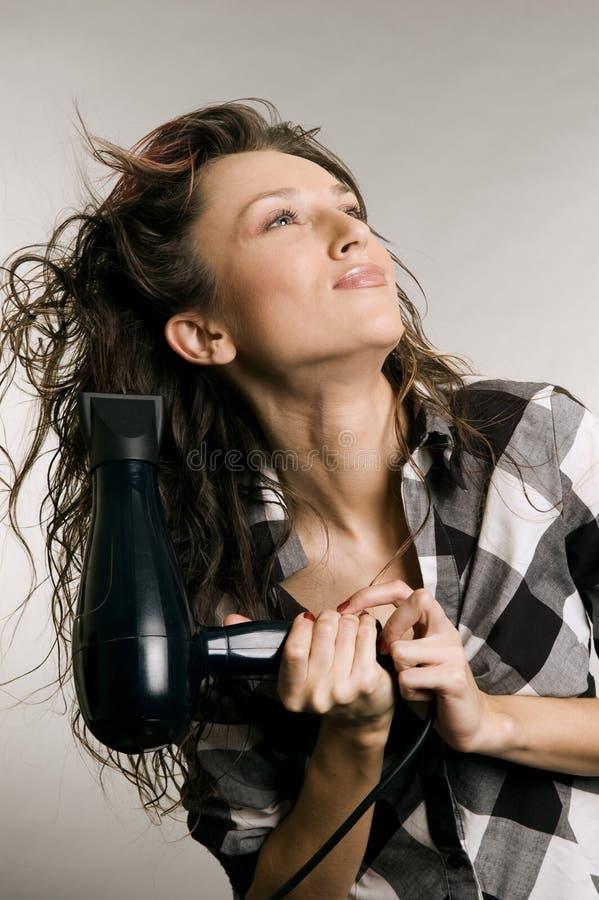 A mulher seca seu cabelo fotos de stock