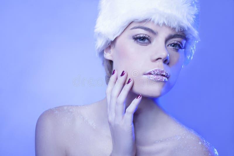 Mulher sedutor em tons azuis frescos do inverno imagem de stock royalty free