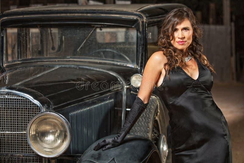 Mulher sedutor pelo carro antigo foto de stock