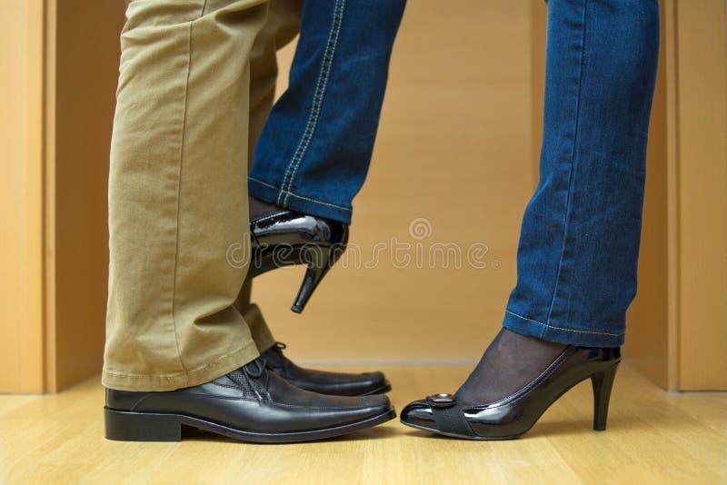 A mulher seduz o homem foto de stock royalty free