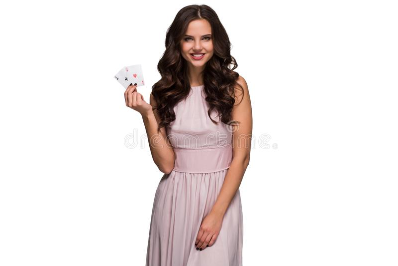 A mulher segura bonita que mostra o pôquer carda a vista da câmera com lugar da cópia imagens de stock
