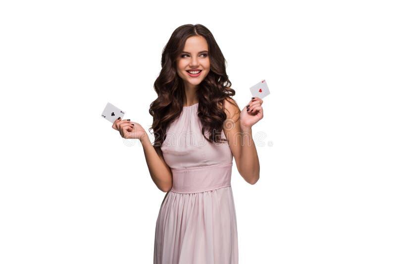 A mulher segura bonita que mostra o pôquer carda a vista da câmera com lugar da cópia imagens de stock royalty free