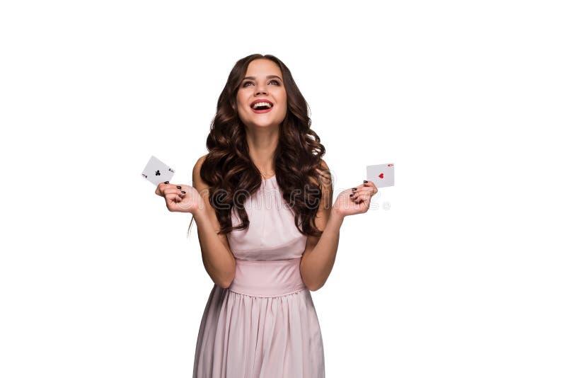 A mulher segura bonita que mostra o pôquer carda a vista da câmera com lugar da cópia fotografia de stock