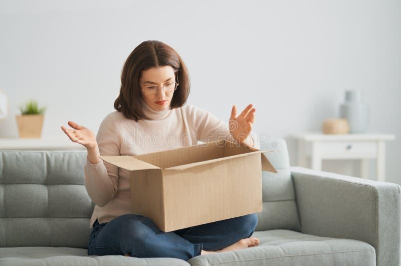 Mulher segura caixa de papelão imagem de stock royalty free