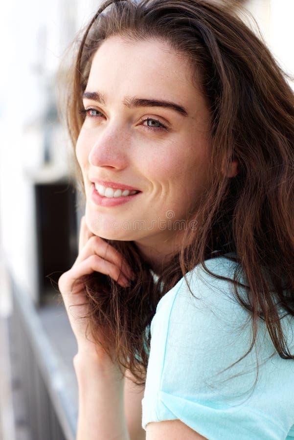 Mulher segura de sorriso que inclina-se disponível fotos de stock