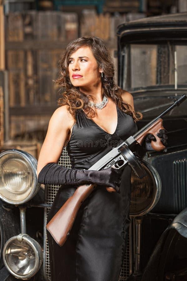 Mulher segura do gângster com arma imagem de stock