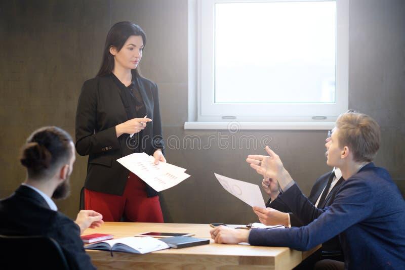 Mulher segura do líder de negócio fêmea bem sucedido foto de stock